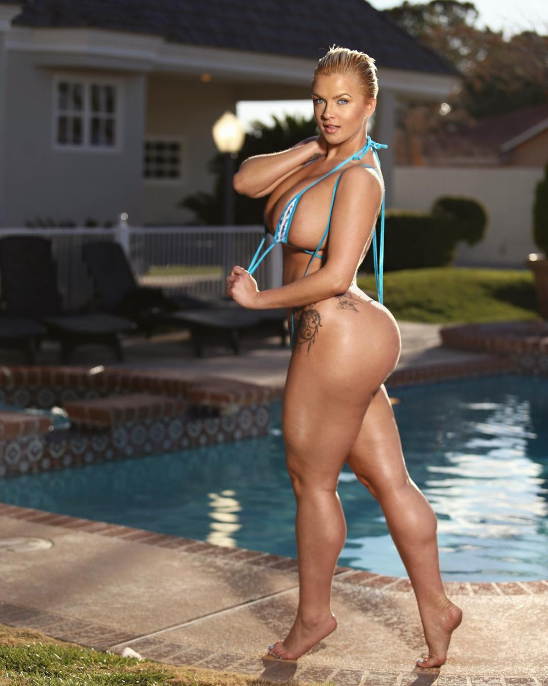 Read more about the article Booty floss @michibikinis by @topbitchphoto …